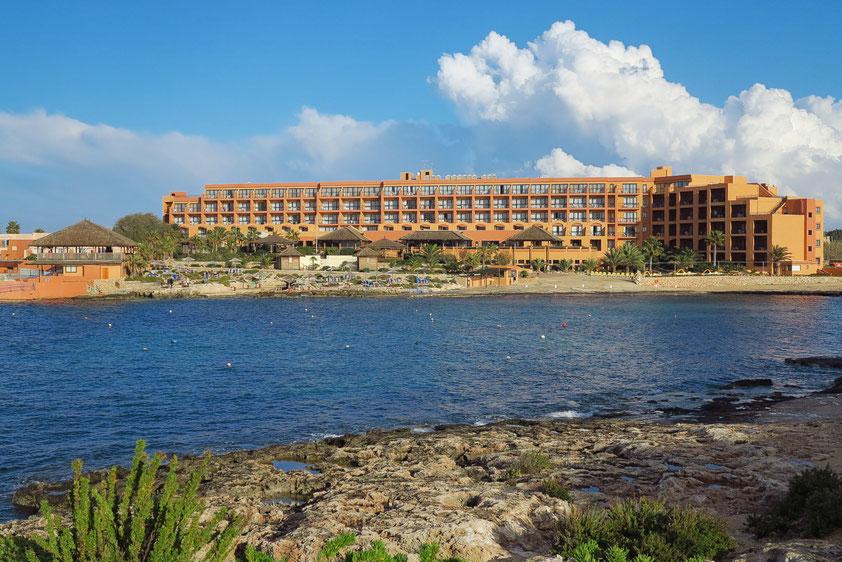 Hotelanlage Ramla Bay Resort von Westen