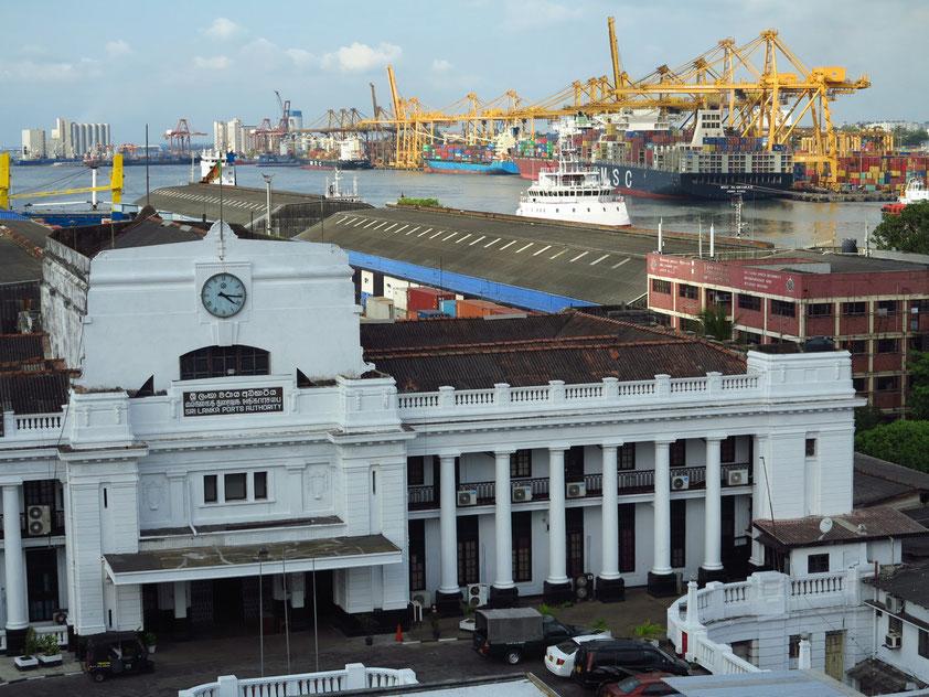 Blick von der Restaurantterrasse des Grand Oriental Hotels auf den Hafen von Colombo