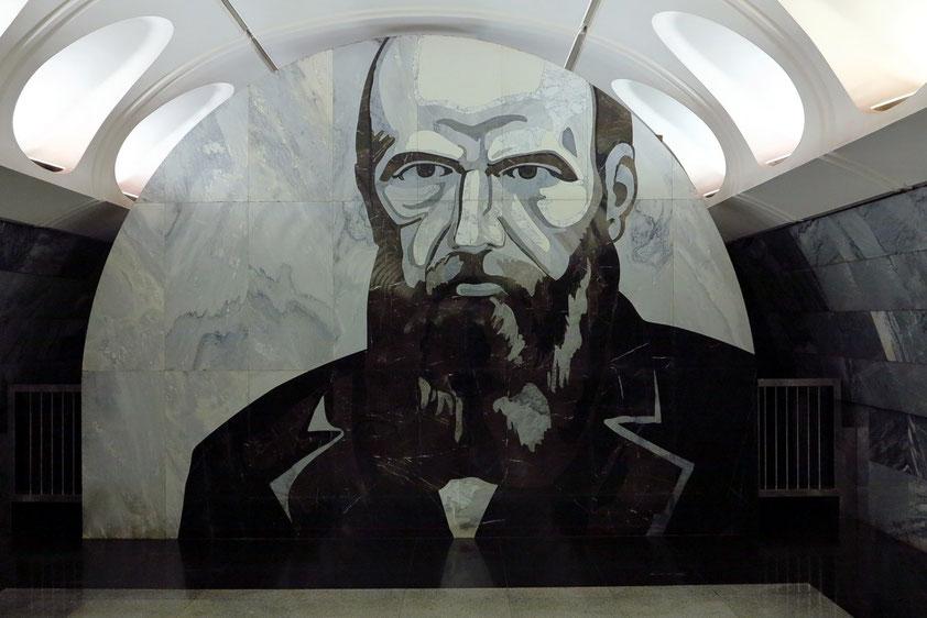 Dostoevskaja, an der Wand der Zwischenebene eine in den Marmor eingemeißelte mosaikähnliche, motivisch eher düster anmutende Porträtabbildung des russischen Dichters Dostojewski. Die Station wurde 2010 eröffnet.