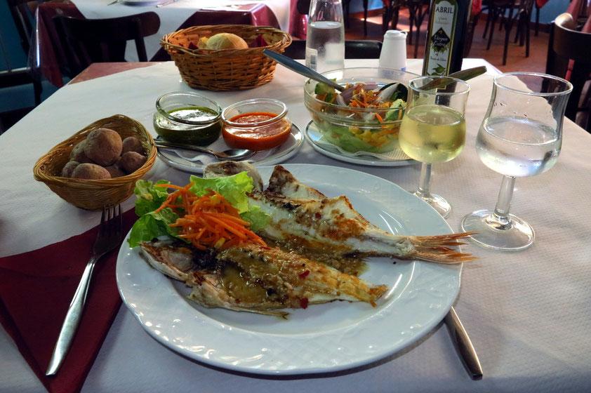 Im Fischrestaurant: Sama Espalda, Ensalada de la Casa, Papas arrugadas mit grüner und roter Mojo-Sauce