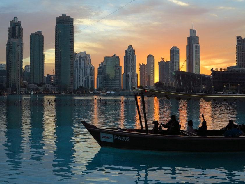 Dubai Downtown bei Sonnenuntergang, Ausflugsboot zum Beobachten der Dubai Fontänen
