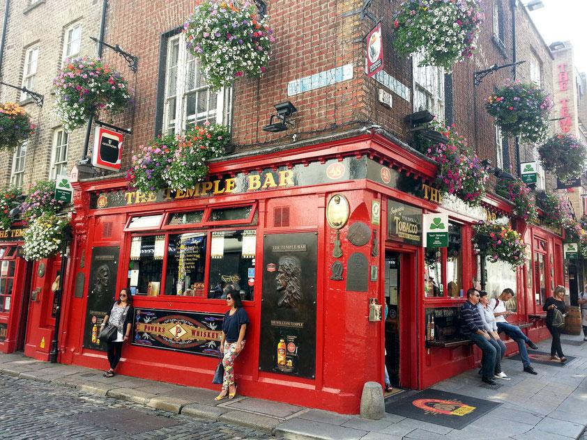 Die berühmte Temple Bar, Mittelpunkt des wilden (touristischen) Nachtlebens in Dublin