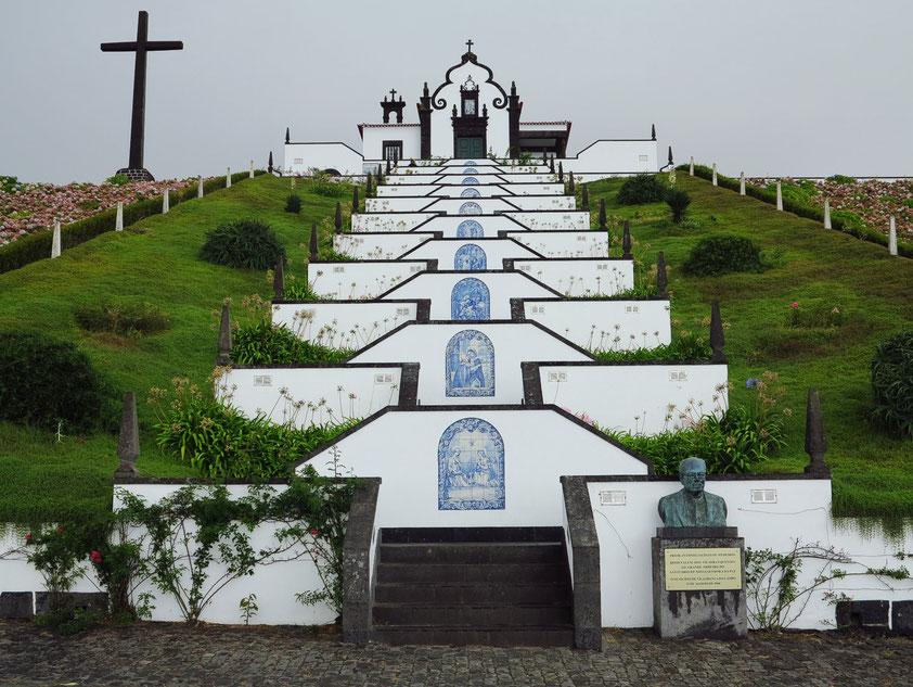 Kapelle Ermida de Nossa Senhora da Paz von 1764, zu der ein mit Kacheln (Azulejos) geschmückter Treppenweg führt