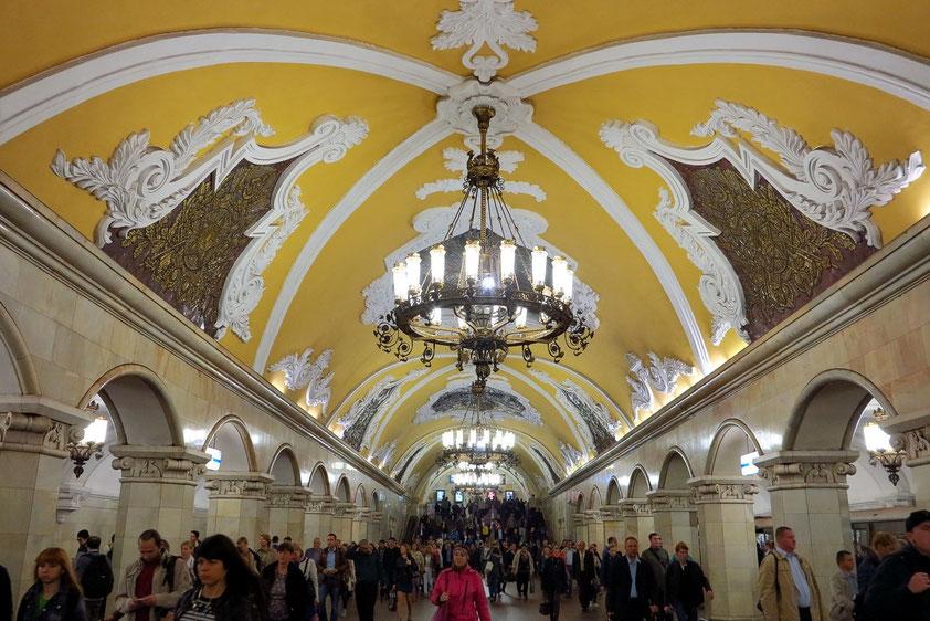 Der Bahnhof Komsomol'skaja gehört zu den architektonisch prunkvollsten Bauwerken der Moskauer U-Bahn, 1952 in Betrieb genommen