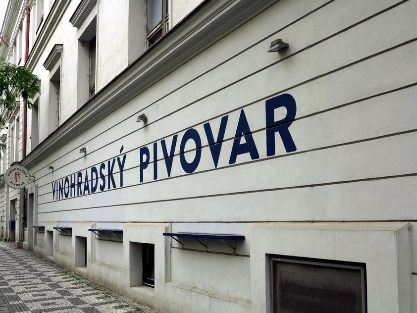 """Im Prager Stadtteil Vinohrady, Korunní 2506/106 eröffnete im Herbst 2014 die erneuerte Brauerei """"Vinohradský pivovar"""". Es ist der einzige Betrieb im ganzen Viertel mit eigener, lokaler Biererzeugung."""
