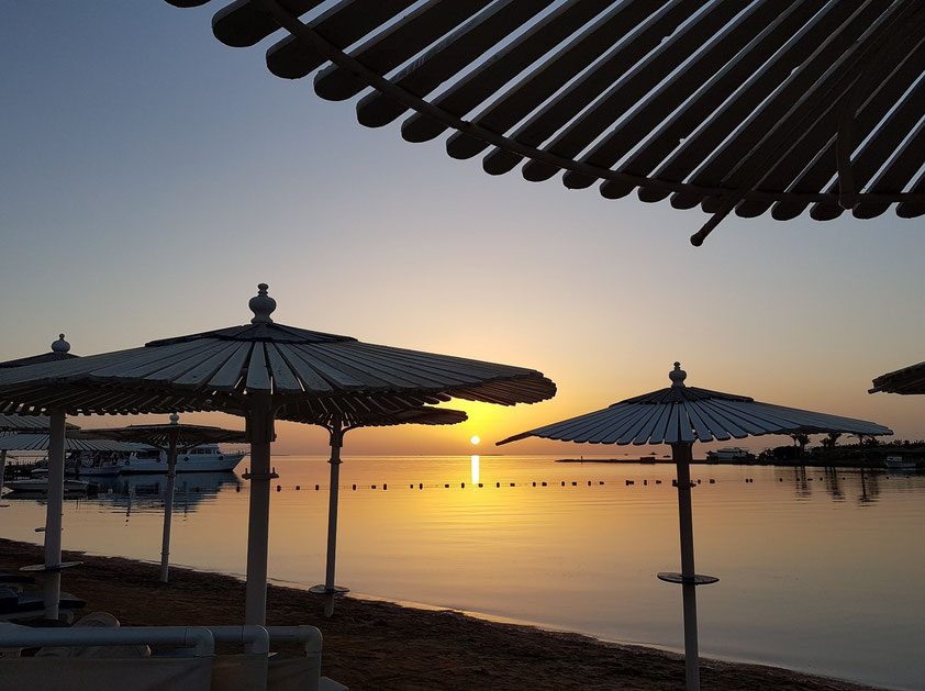 Hilton Resort Hurghada. Sonnenaufgang über dem Roten Meer