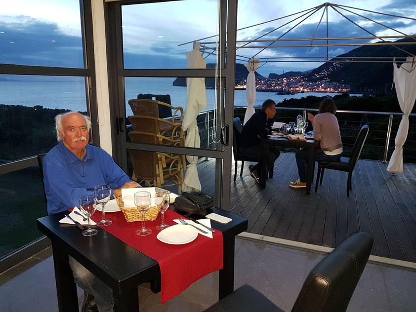 Abschiedsessen im Restaurant von Cantinho das Buganvilias, mit Blick auf das abendliche Velas
