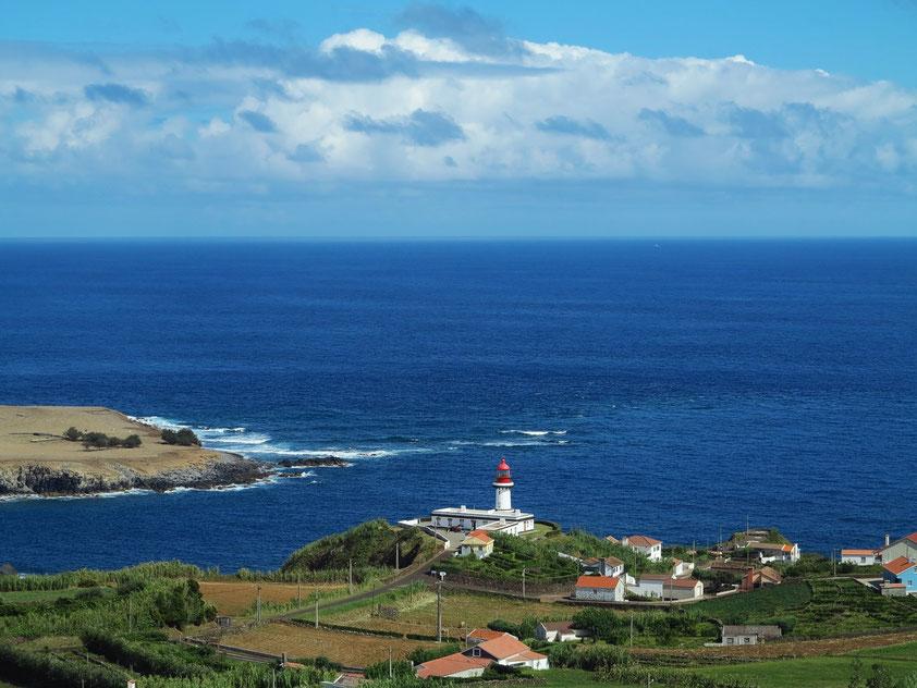 Blick auf den Leuchtturm von Topo (Farol do Topo)