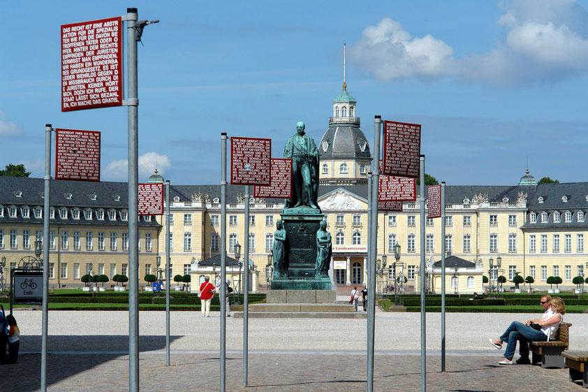 Das Schloss Karlsruhe liegt im Zentrum des strahlenförmigen Stadtgrundrisses. Davor das Standbild des Großherzogs Karl Friedrich von Baden (Aufnahme von 2008)