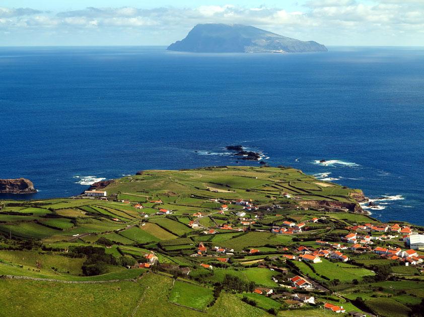 Blick von der Nordspitze von Flores auf den Ort Ponta Delgada und auf das Eiland Corvo