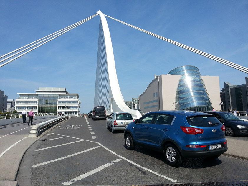 Samuel Beckett Bridge, Drehbrücke, (Architekt und Ingenieur Santiago Calatrava). Im Hintergrund das Convention Centre (Kongresszentrum)