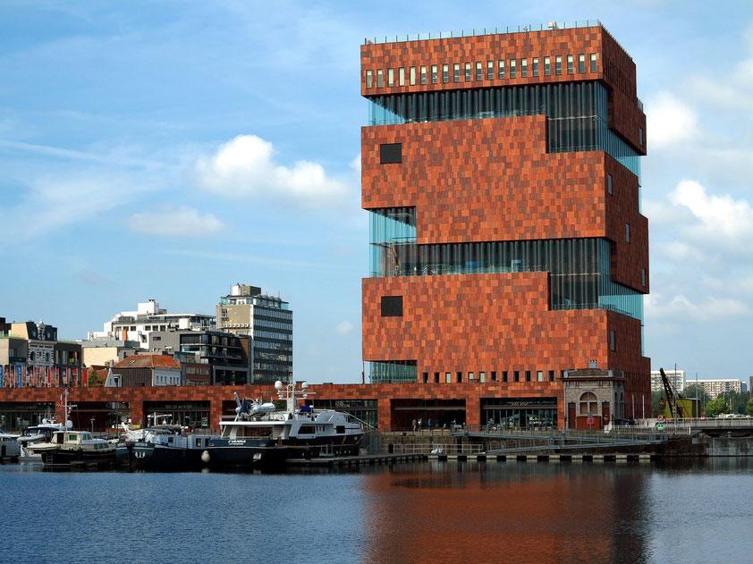 Museum aan de Stroom (MAS) mit 62 m hohem Ausstellungssturm, 2011 eröffnet (Neutelings Riedijk Architects, Rotterdam). Blick vom Napoleonkaai