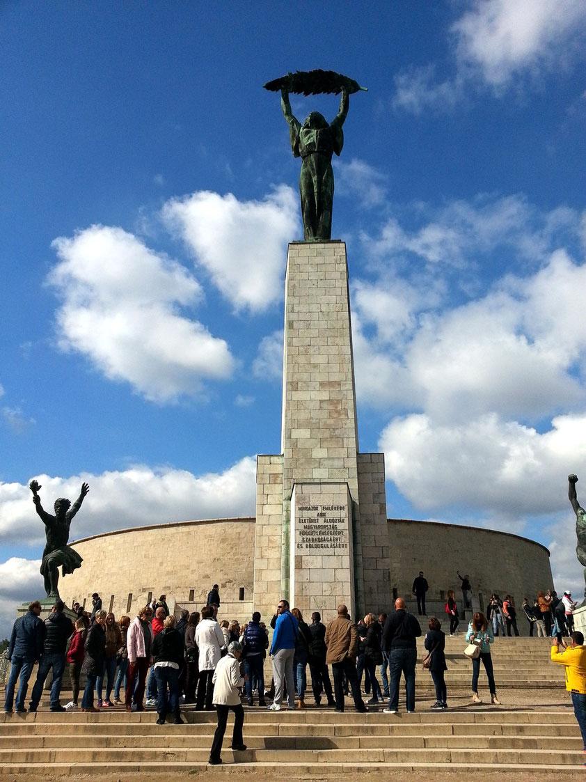 Die Freiheitsstatue (Szabadság szobor) steht auf dem Gellértberg vor der Zitadelle.