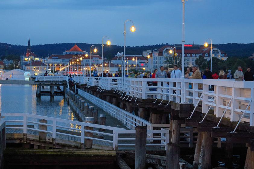 Einbruch der Dunkelheit auf der Seebrücke von Sopot (Molo w Sopocie), im Hintergrund Luxushotels