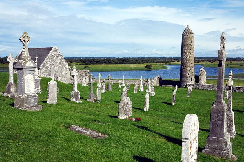 Clonmacnoise mit Kapellen, Hochkreuzen und Rundturm, Blick auf den Shannon