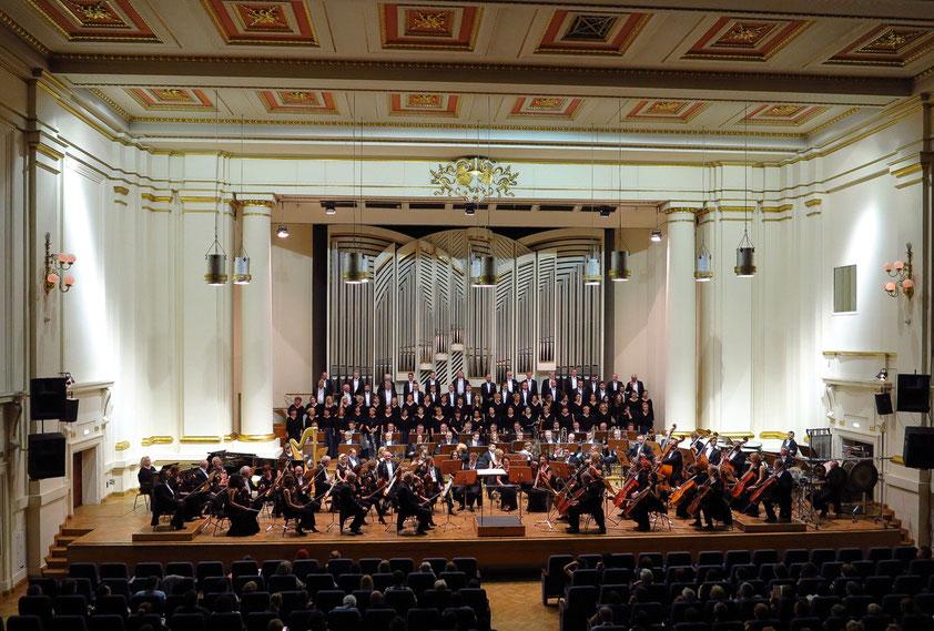 Konzertsaal für 700 Personen in der Philharmonie Krakau. Orchester und Chor der Philharmonie Krakau (Orkiestra i Chór Filharmonij Krakowskiej). Aufführung der 'Sinfonia da Reqiem' von Krzysztof Meyer