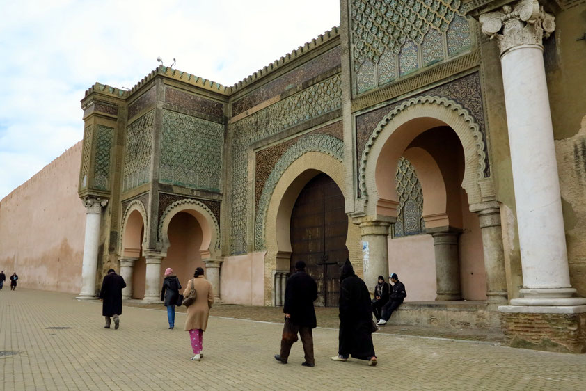 Meknès. Das berühmte Stadttor Bab Mansour am Platz El Hedim gehört zu den bedeutendsten Sehenswürdigkeiten der Stadt und des ganzen Landes.
