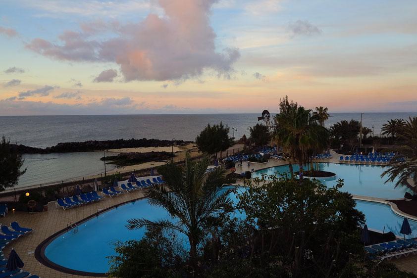 Blick von unserem Hotelzimmer 245 auf Poollandschaft, abgeschlossene Badebucht und Meer zu verschiedenen Tageszeiten
