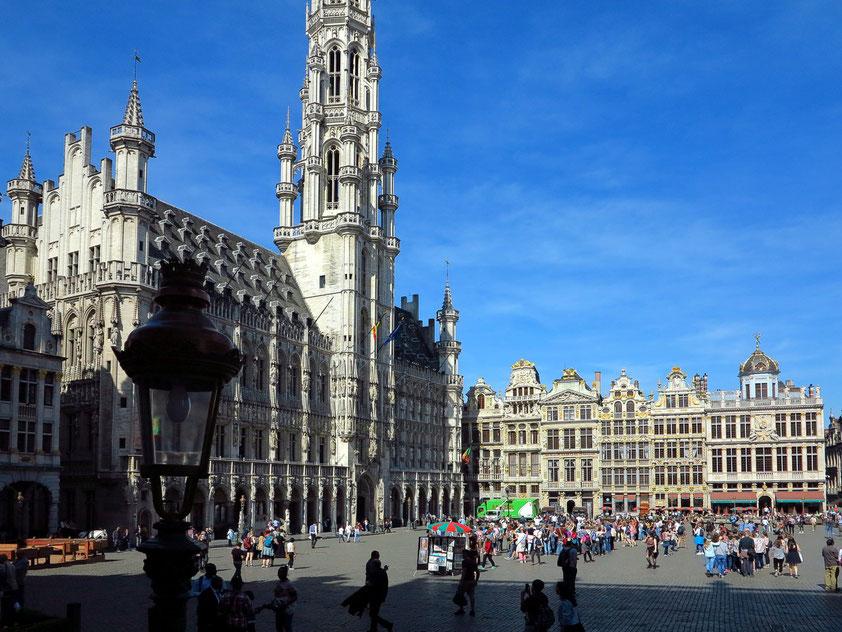 Zentraler Platz von Brüssel. Mit dem gotischen Rathaus (1401-1421) und seiner geschlossenen barocken Fassadenfront gilt er als einer der schönsten Plätze Europas. UNESCO-Weltkulturerbe