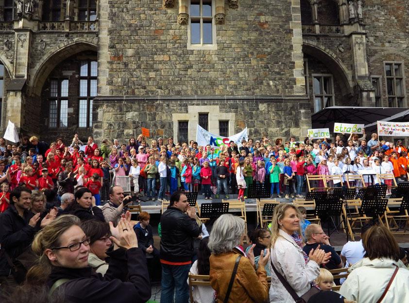 JEKISS-Projekt mit über 800 Schülerinnen und Schülern von zehn Aachener Grundschulen auf dem Katschhof vor dem Rathaus
