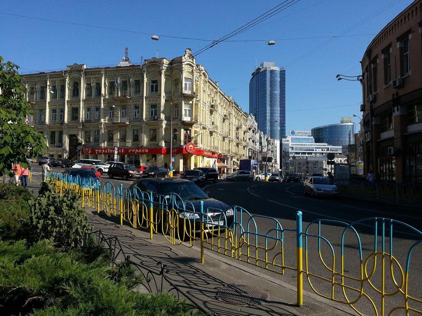 Blick nach S in die Baseina Street, im Hintergrund rechts die Gulliver Shopping Mall