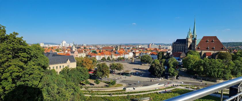 Erfurt, Blick vom Petersberg nach Südosten auf den Domplatz mit Obelisk, Altstadt und den Dom sowie Kirche Sankt Severin (rechts)