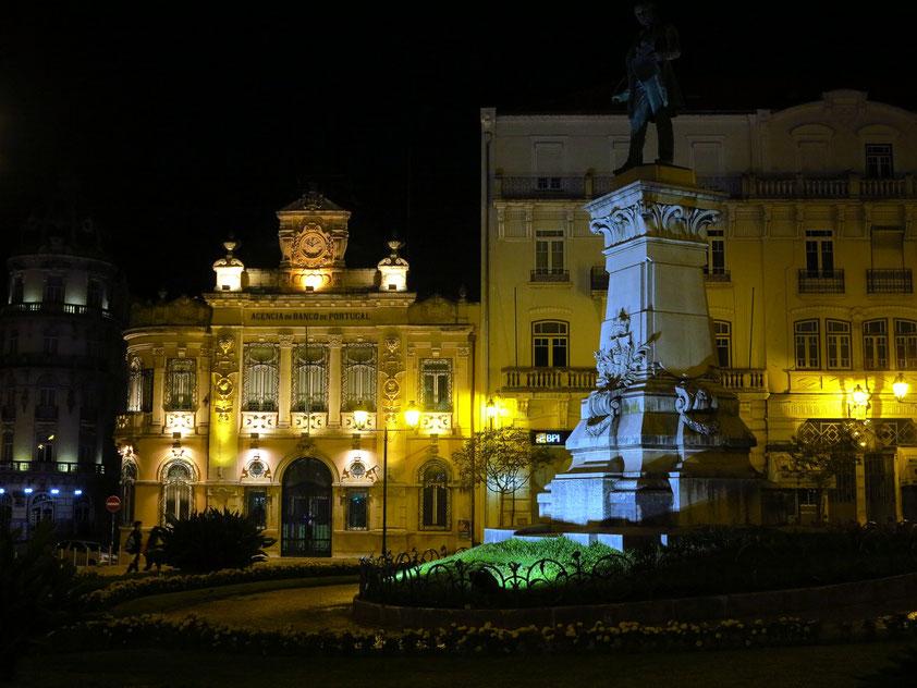 Banco de Portugal (links) und Monument für Joaquim António de Aguiar