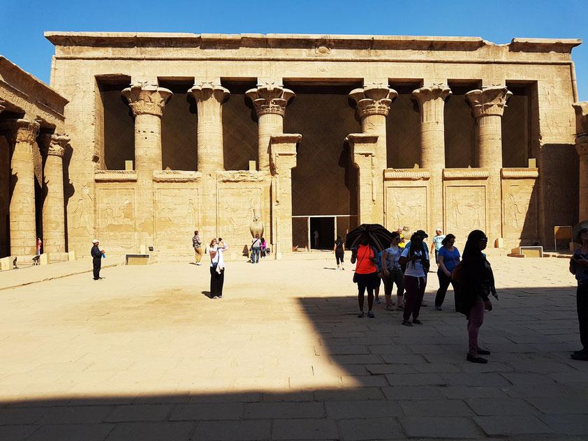 Vorhof des Tempels von Edfu