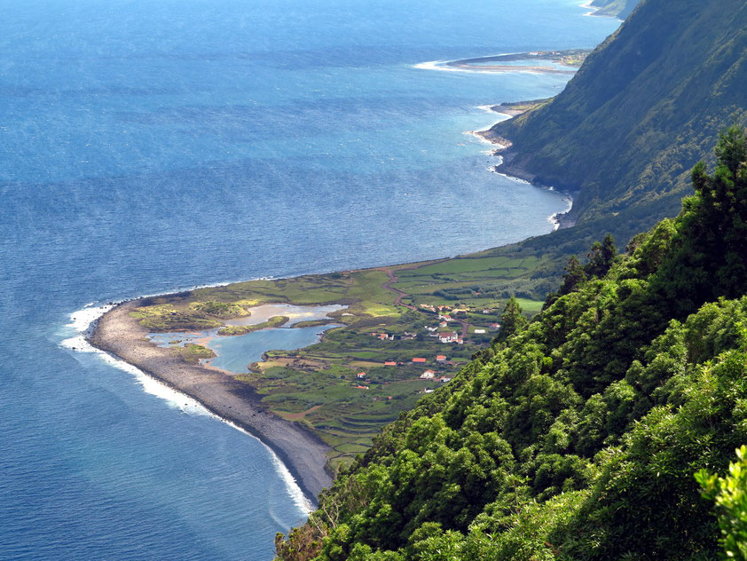 São Jorge, Blick auf Fajã dos Cubres. Im Hintergrund Fajã da Caldeira