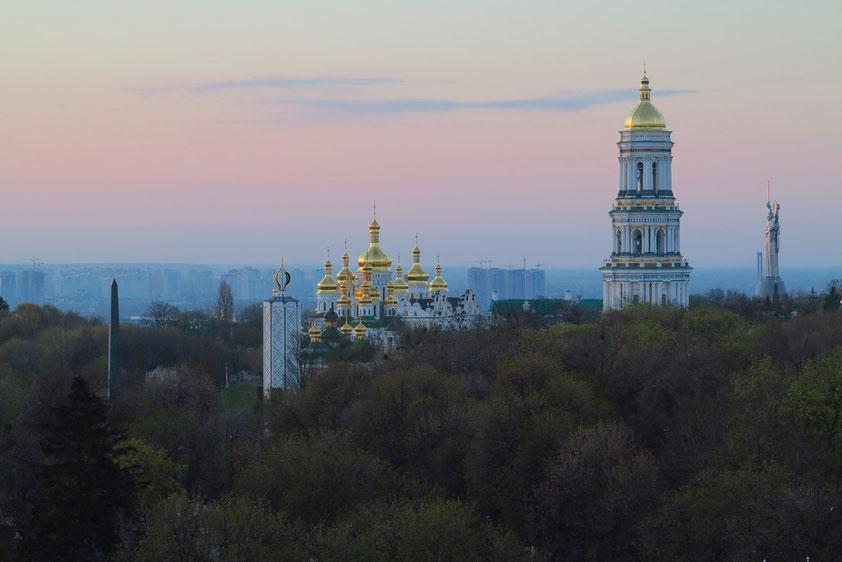 Sonnenaufgang über dem Kiewer Höhlenkloster (Blick vom Hotel Salute)