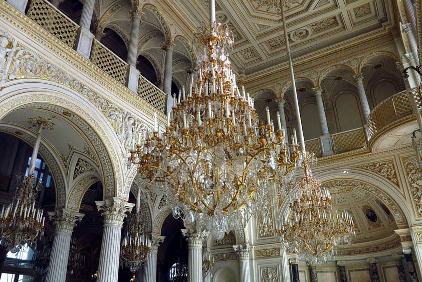 Der Pavillonsaal im Stil eines orientalischen Märchens ist einer der schönsten Säle des ganzen Gebäudekomplexes. Hier befindet sich mit der Pfauenuhr eines der berühmtesten Ausstellungsobjekte der Eremitage.