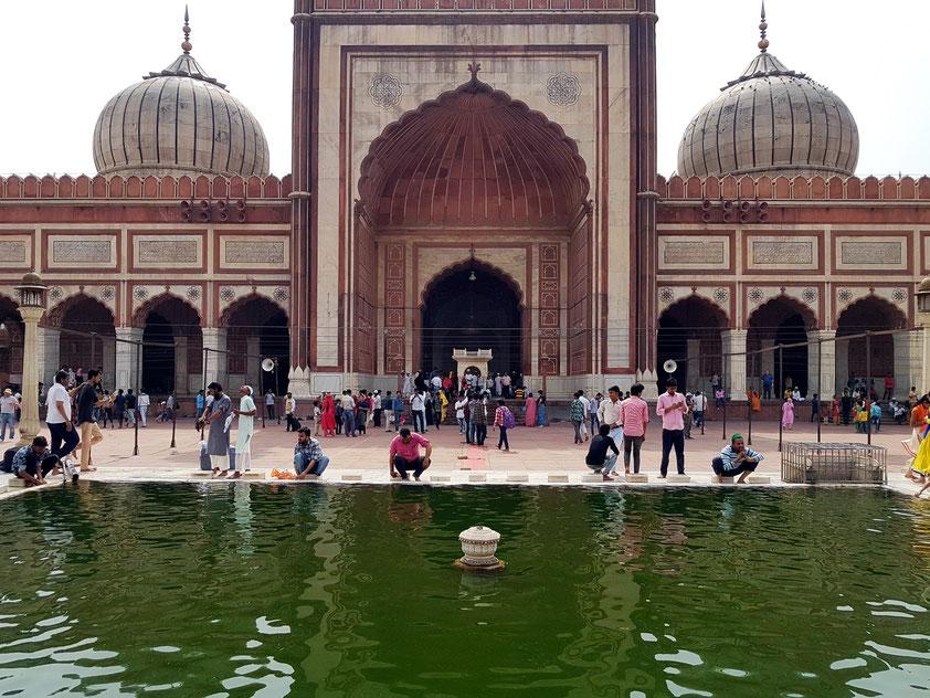 Vorderfront (Hofseite) der Jama Masjid mit Wasserbecken für die im Koran vorgeschriebene Reinigung vor dem Gebet.