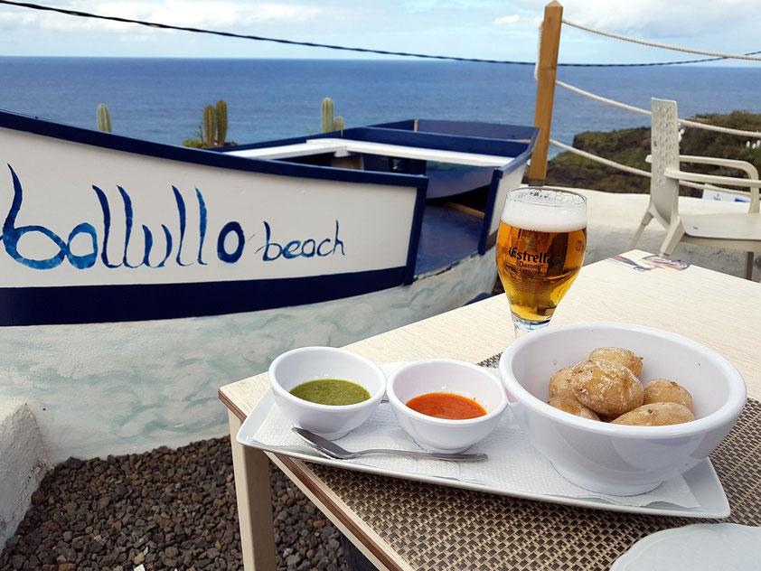 Zum Lunch im Restaurante Bollullo Beach: Papas Arrugadas mit Mojo Verde und Mojo Rosso
