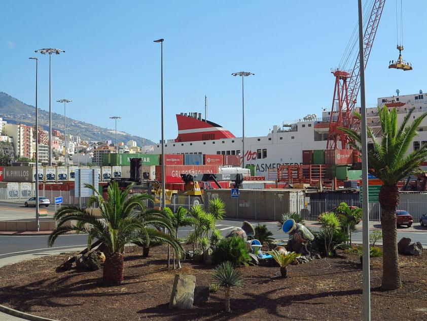 Container-Schiff im Hafen von Santa Cruz