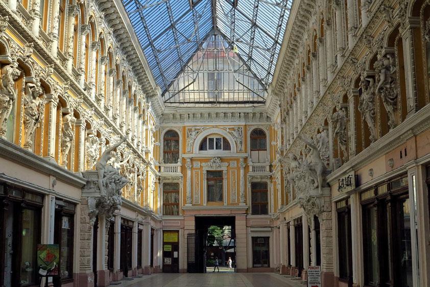 Passage an der Derybasivs'ka Street, 1898 - 1899 von denselben Architekten erbaut wie die Oper, den Wienern Fellner und Helmer