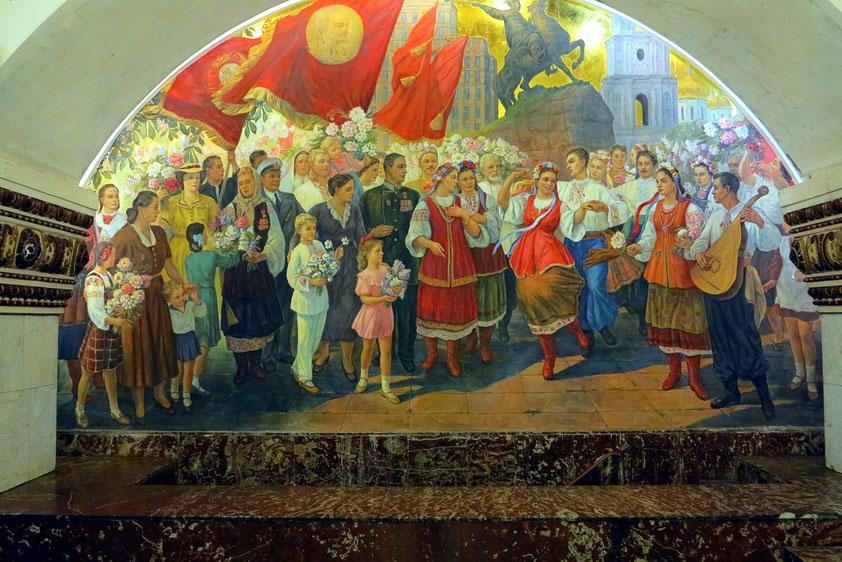 Kievskaja, 1954 im Rahmen des letzten Teilabschnitts der Linie eröffnet, Gemälde auf der Stirnseite des Bahnhofs