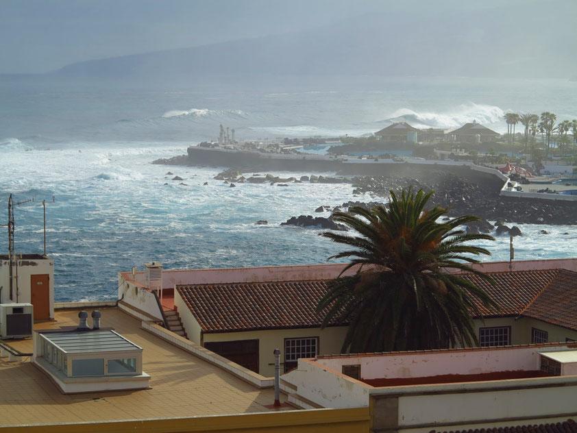 Blick vom Dach des Hotels Marquesa zur Costa Martiánez (schwere See mit hohen Wellen)