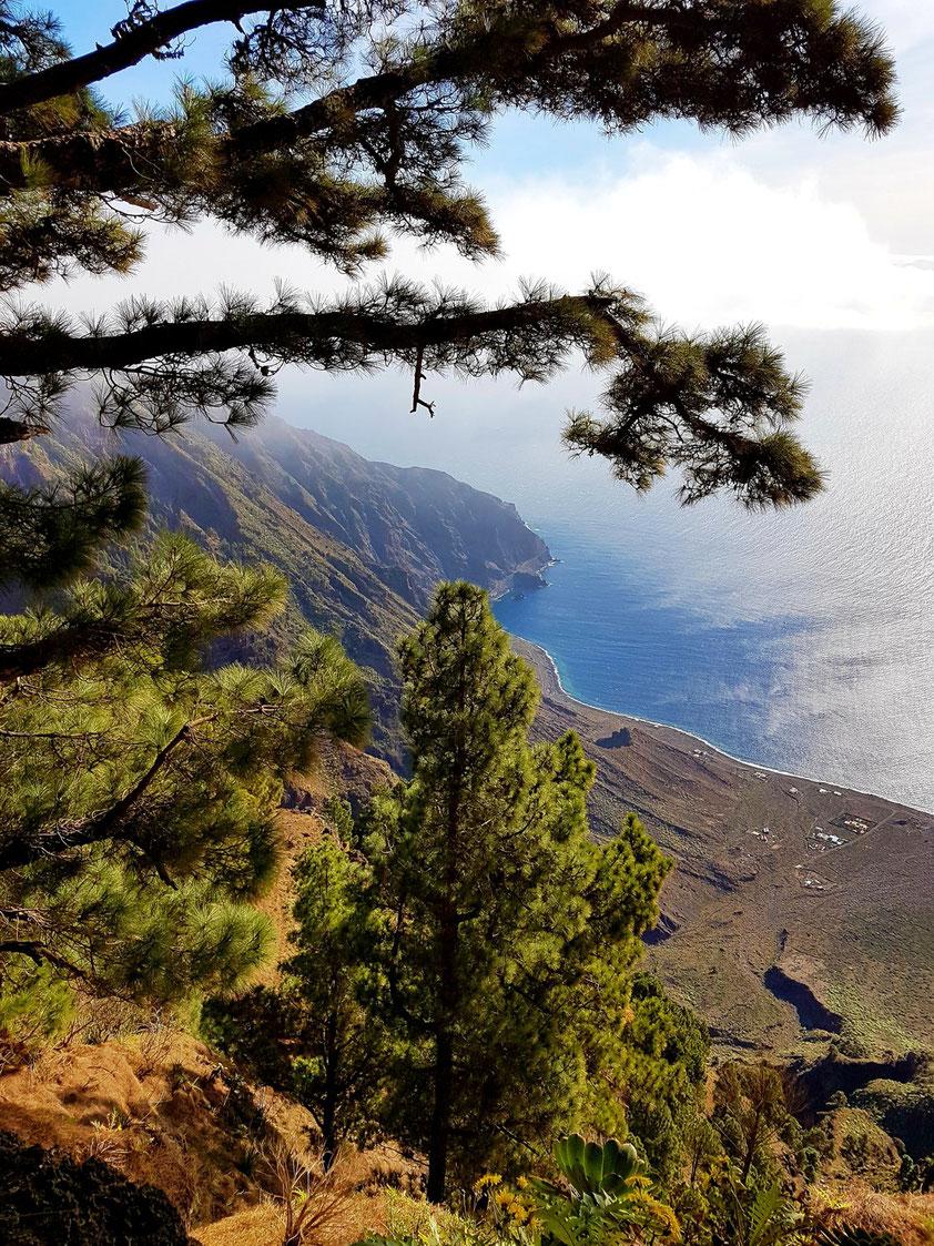 Blick vom Mirador de Las Playas 1000 Meter tief zum Meer