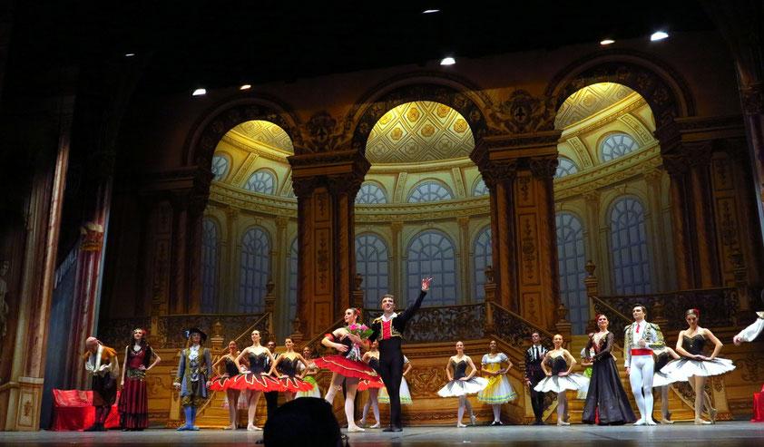 Applaus nach der Aufführung des Balletts Don Quijote, in der Mitte die Haupttänzer Cristina Terentiev und Alexei Terentiev
