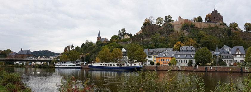 Panorama von Saarburg an der Saar, mit Burg, evangelischer Kirche (Mitte) und katholischer Pfarrkirche St. Laurentius (links)