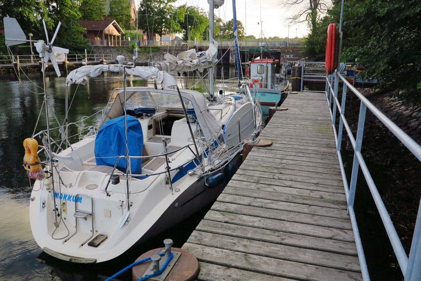 Unfreiwilliger Liegeplatz zum zweiten Mal: Anlegestelle für Sportboote neben der Schleuse Kiel-Holtenau