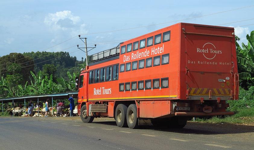 Unser kombinierter Rotel-20Sitzer-Allrad-Bus. Stopp an einem Markt mit Kochbananen