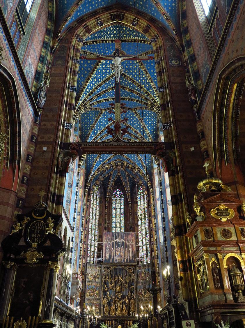 Hauptschiff der Marienkirche. Chorraum mit dem Hochaltar von Veit Stoß und Deckengewölbe