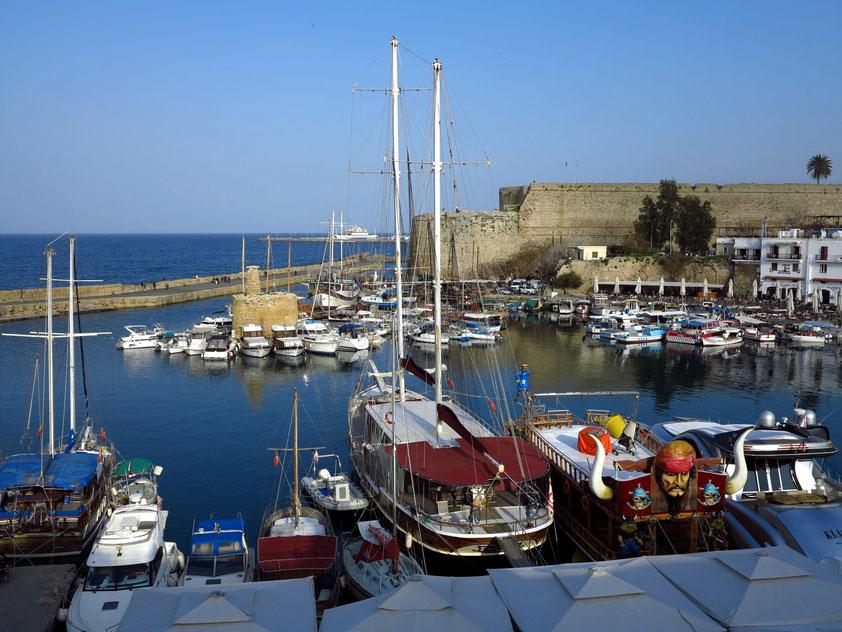 Hafen von Kyrenia, Blick von der Terrasse des White Pearl Hotels
