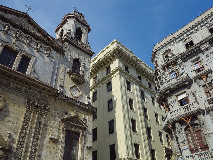 Vor der Iglesia de San Francisco el Nuevo o de San Agustín (links), Calle Cuba