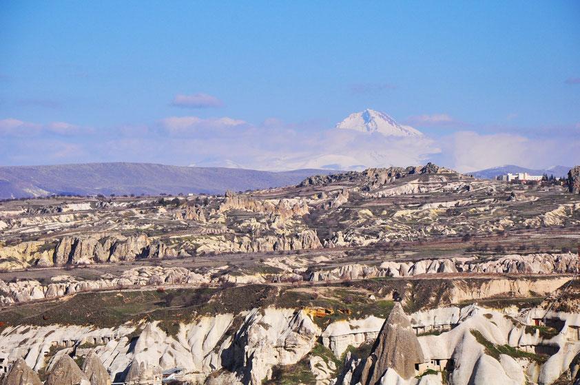 Landschaft bei Göreme,  im Hintergrund der 3 917 m hohe ruhende Vulkan Erciyes Dağı