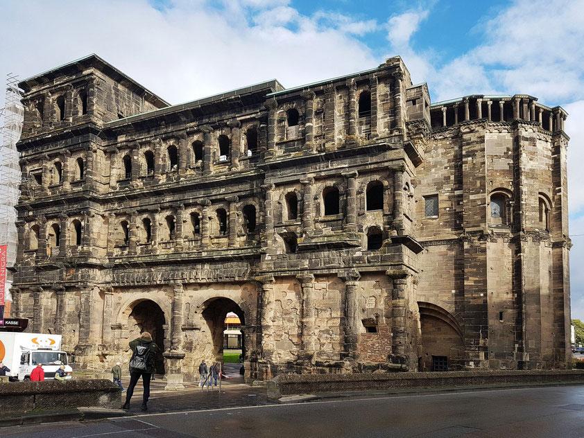 Trier. Porta Nigra (Stadtseite),  ein ehemaliges römisches Stadttor und bekanntes Wahrzeichen der Stadt Trier (um 180 n. Chr. erbaut)