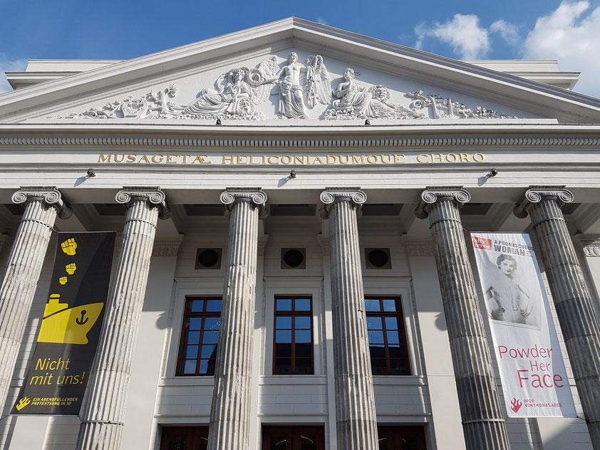 """Portikus mit acht jonischen Säulen. Inschrift im Tympanon """"Musagetae Heliconiadumque Choro"""" """"Dem Musenführer (Apoll) und dem Chor der Helikoniaden"""" (geweiht)"""