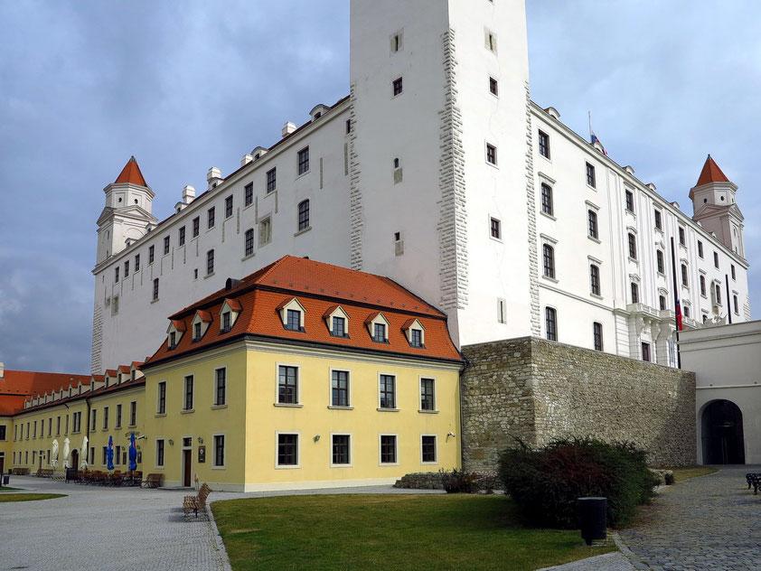 Burg Bratislava und Gebäude auf der Westterrasse