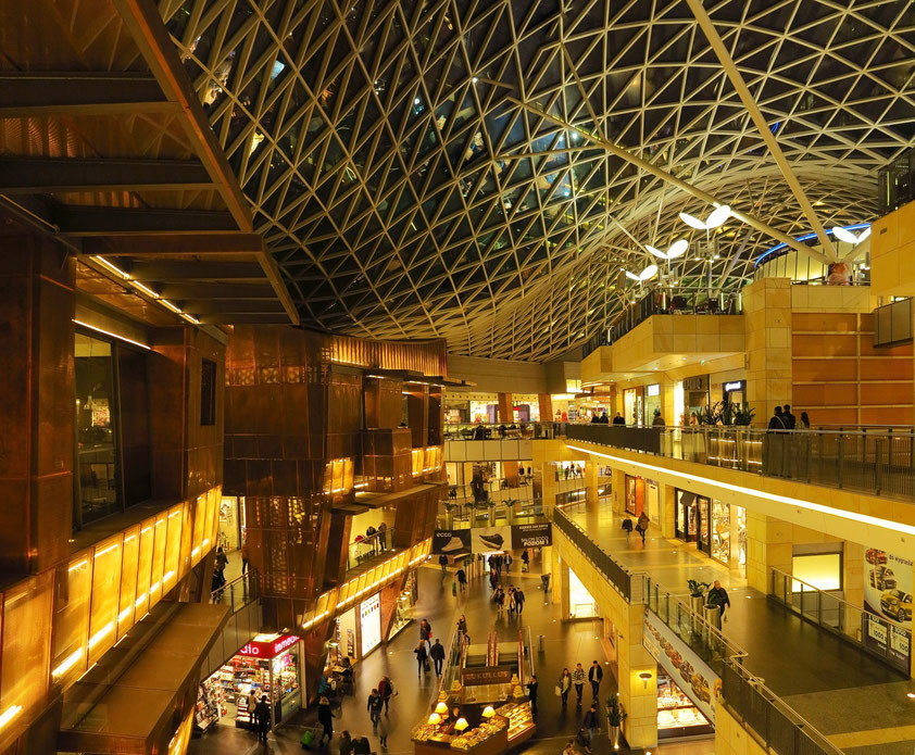 Das Einkaufszentrum in vier Ebenen. Architekturbüro der gesamten Anlage: The Jerde Partnership
